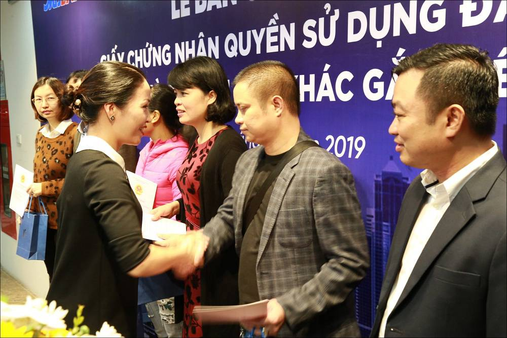le trao so hong cho cu dan golden field MB Land my dinh 3
